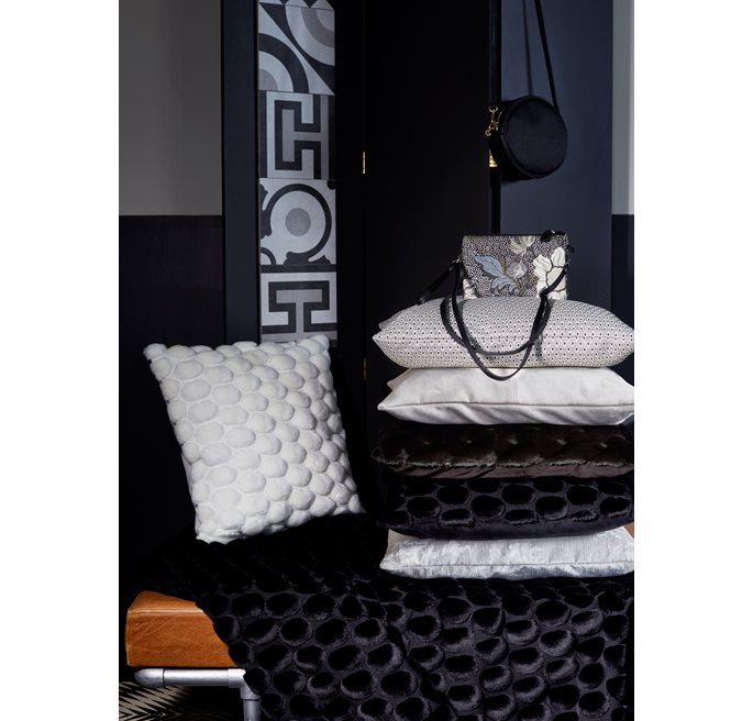 Black Eggshell Throw 130x170
